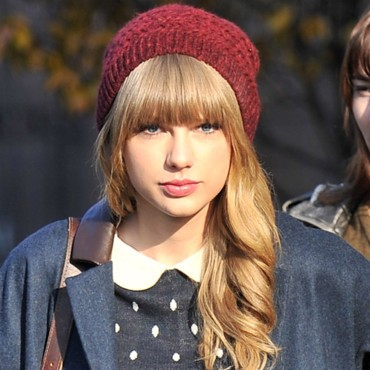 taylor-swift-et-son-bonnet-bordeaux-10819338bhvso_2041